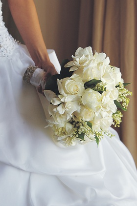 Bride carrying arrangement or ivory flowers