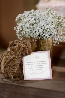 Pink-bordered favor note with burlap bag
