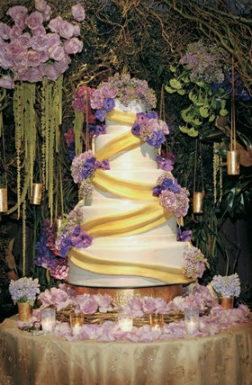 Modern cake design with fresh flowers