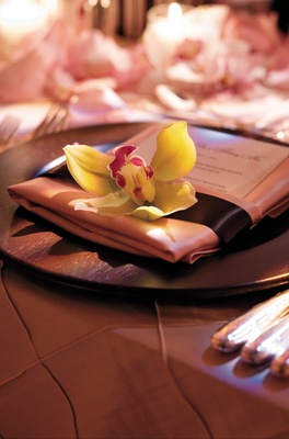 Wood chargers with pink linen napkins
