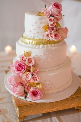 White and gold round wedding cake with flowers