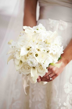 Bride holding stephanotis and calla lily flowers