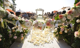 Garland of roses and bows in front of ceremony aisle