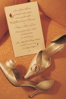 Satin, pointed-toe wedding pumps with an invitation decorated with a rosebud
