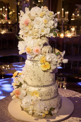 White round cake with sparkling details and flowers