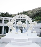 skirball cultural center wedding, raise altar with circle of florals