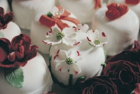 tiny white wedding cakes decorated with flowers