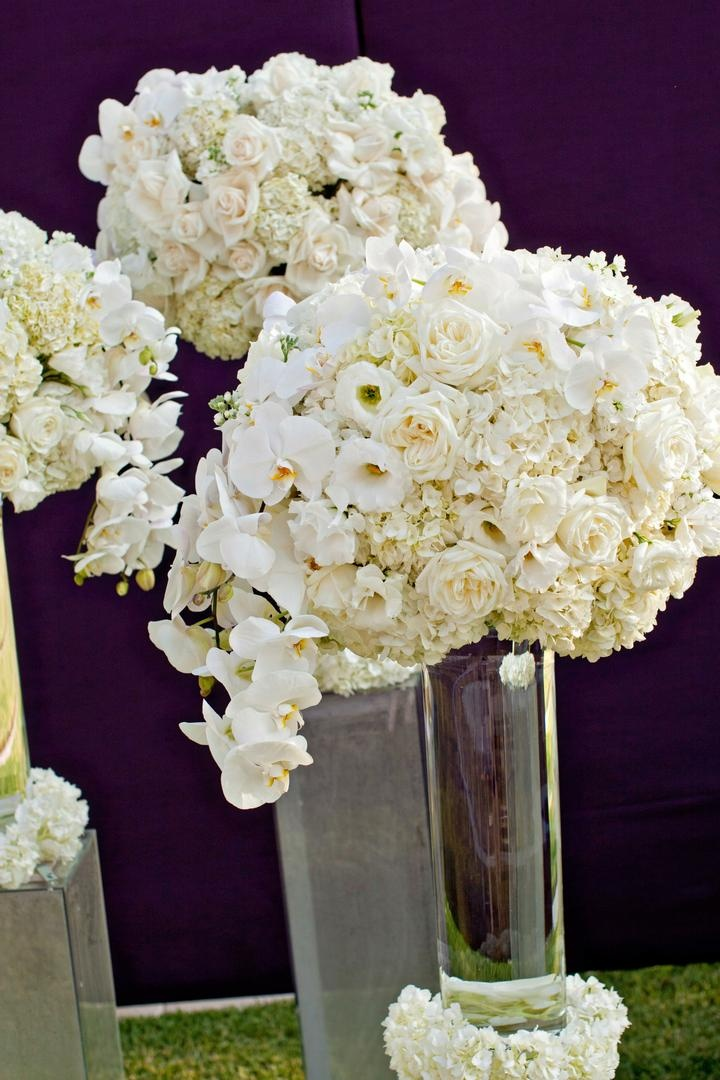 Transparent vases topped with roses and hydrangea