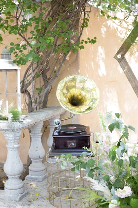 great gatsby inspired garden wedding styled shoot victrola record player with phonograph