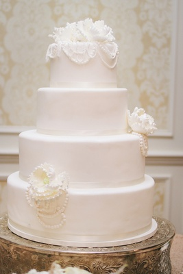 White wedding cake with sugar flowers and pearls