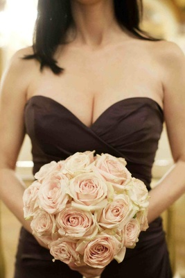 Brown bridesmaid dress with light pink roses bouquet