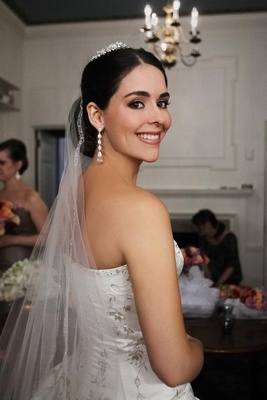 Bride with fall makeup and earrings, tiara, and veil
