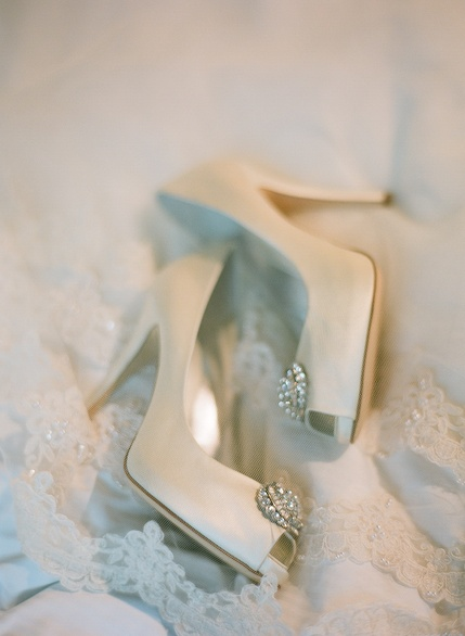 Wedding shoes with crystal brooch on toe