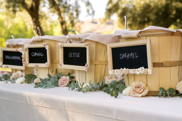 buckets of flavored popcorn for guests before ceremony, pre-ceremony snack at wedding