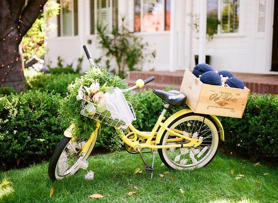 Wedding at Lombardi House in LA yellow beach cruiser bike with ceremony program in basket yarmulkes