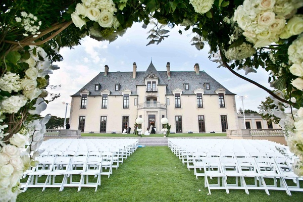 Outdoor wedding at Oheka Castle