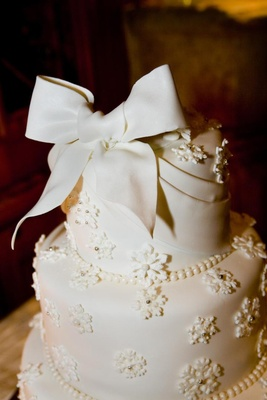 Round wedding cake with fondant bow on top