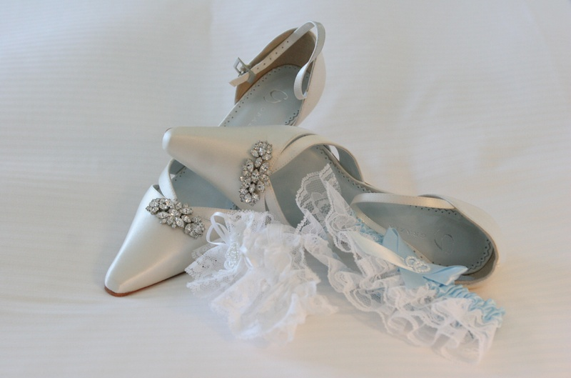 White Grazia heels with crystal brooch