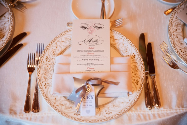wedding reception charger plate pink napkin menu card wedding favor key with thank you note