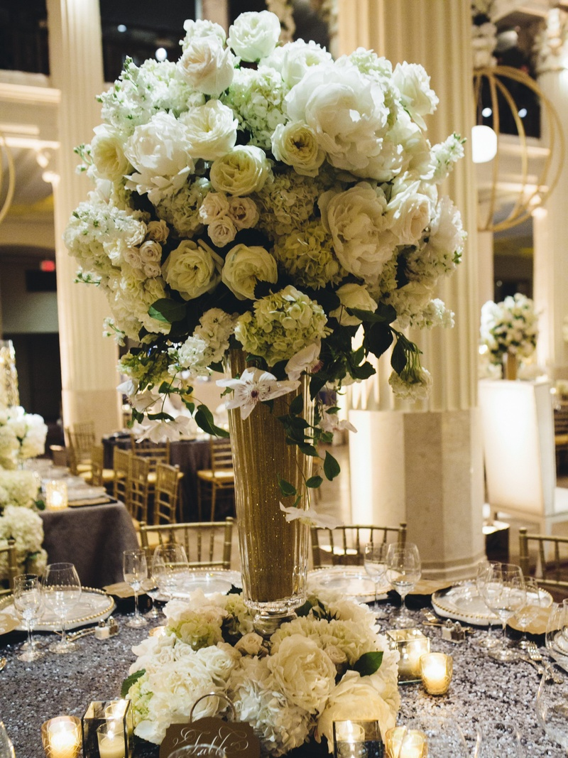 Reception d cor photos ivory floral arrangement in gold for Angela florist decoration