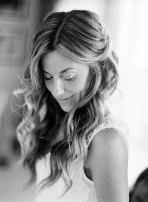Black and white photo of bride with beachy waves