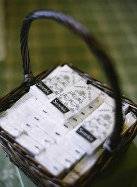 Kleenex with wedding cake design favors