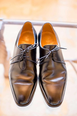 Groom's shoe with two eyelets and pointed toe