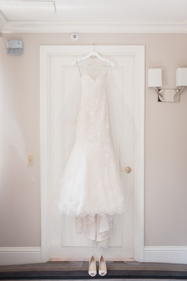 white lace Monique Lhuillier wedding dress with sweetheart neckline and trumpet-style skirt