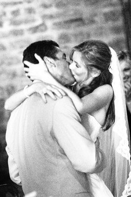 Black and white photo of bride and groom kissing in Italy