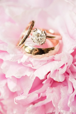 Yellow gold engagement ring with round-cut diamond