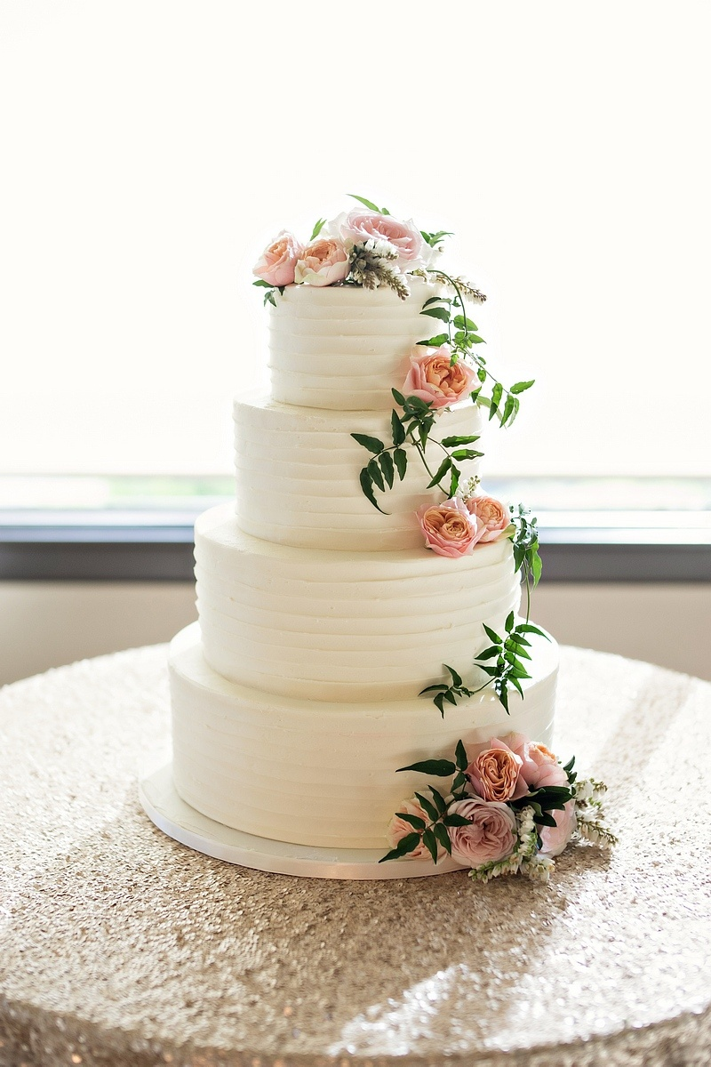Cakes & Desserts Photos - Fresh Garden Roses on Wedding Cake ...