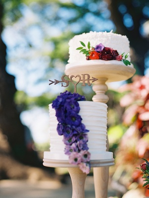 single tier small wedding cakes on separate pedestals with fresh flowers