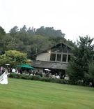 Bride makes her way across grass to Carmel lodge