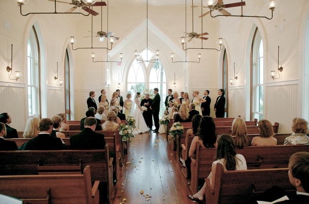 Simple decorations in pretty church wedding