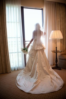 Back of bride in Monique Lhuillier wedding dress