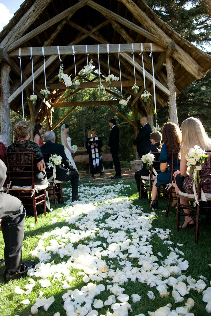 Charmant Outdoor Wedding On Grass With Rustic Altar