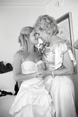 Black and white picture of bride with mother of the bride