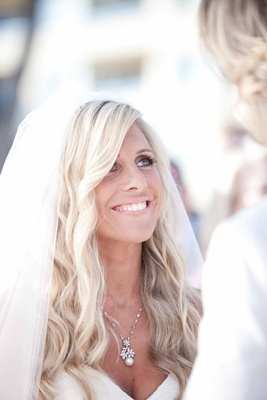 Blonde bride with long platinum waves and natural makeup