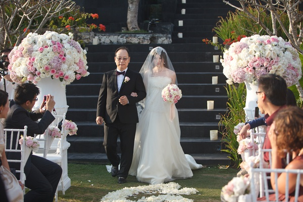 Chinese father of bride walks Gladys down aisle