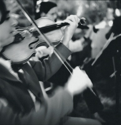 Black and white photo of violinist