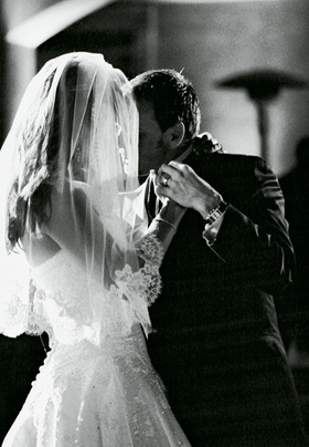 Lace veil and newlyweds' first dance