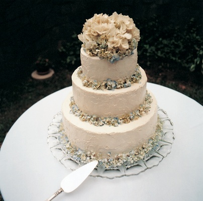 White wedding cake with blue and white hydrangeas
