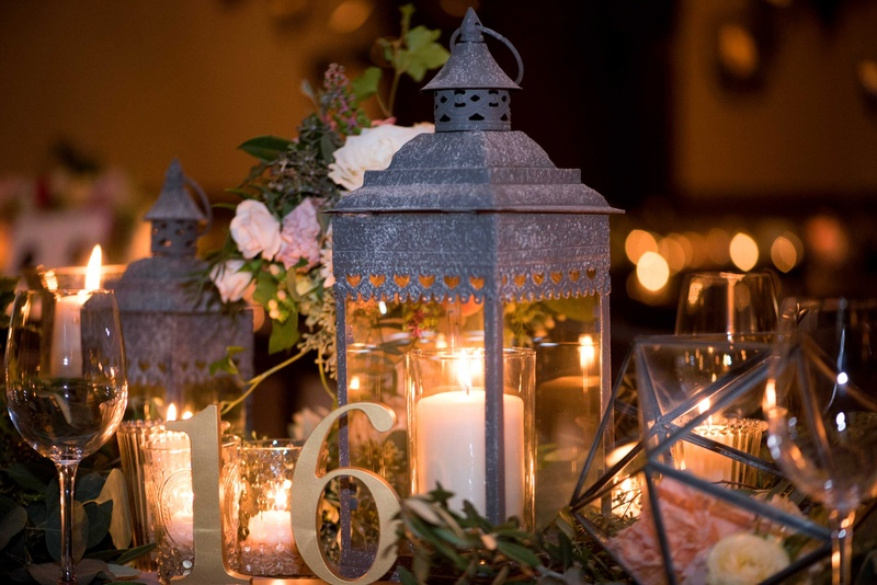 Reception décor photos lanterns with candles on