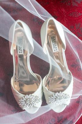 Wedding shoes white heels badgley mischka jewel toe ruched fabric ivory pump peep toe