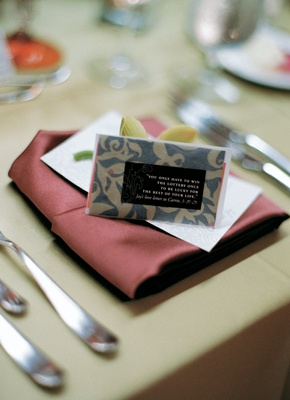 Flower motif place card with love quote in shape of luggage tag