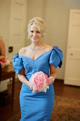 Southern mother-of-the-bride attire and bouquet