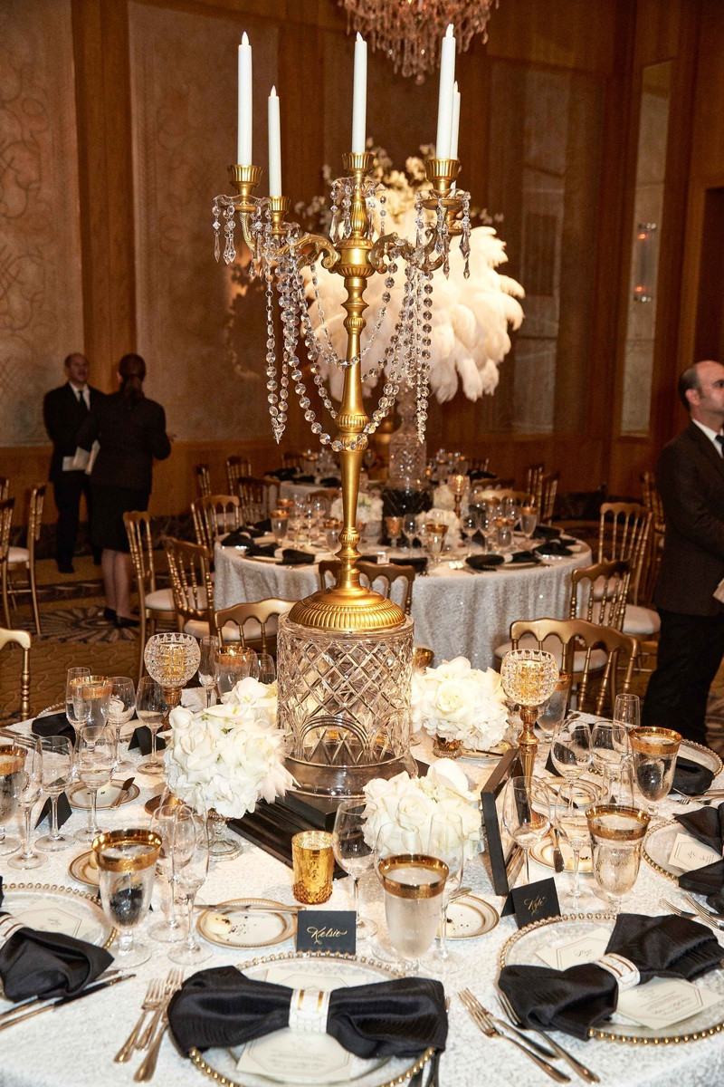 Reception d cor photos gold crystal candelabra for Chandelier table decorations