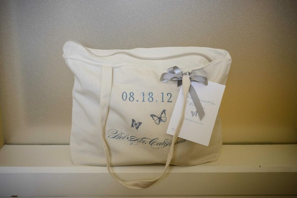 Tote bag with zipper and blue embroidery