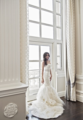 Bride in strapless Vera Wang wedding dress with mermaid silhouette
