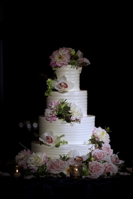 White round cake with strips and garden roses